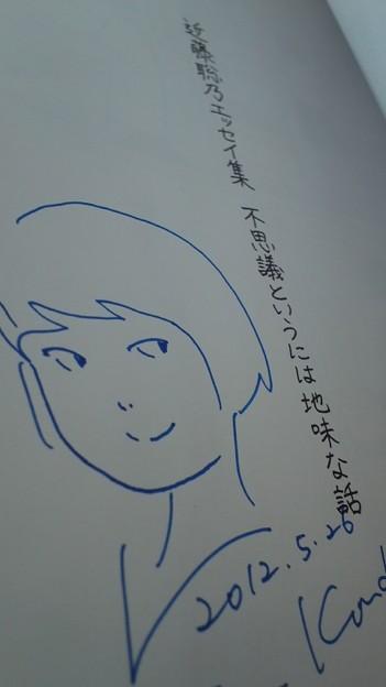 フォト蔵近藤聡乃さんにサインしてい...アルバム: Twitter (63)写真データフォト蔵ツイート