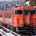 写真: 快速「深浦」に充当する国鉄メークのキハ40系