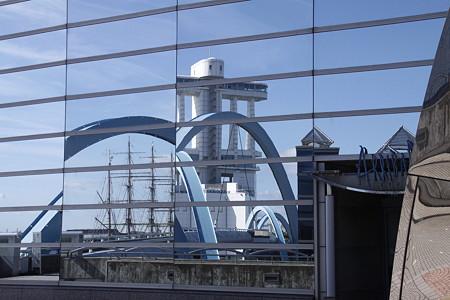 名古屋港水族館外壁に映る海王丸とポートタワー