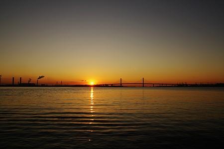 橋の端から陽が昇る。