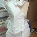 写真: トルソーさんに型紙を着せて、大雑把に直し。直したらエプロンと襟を...