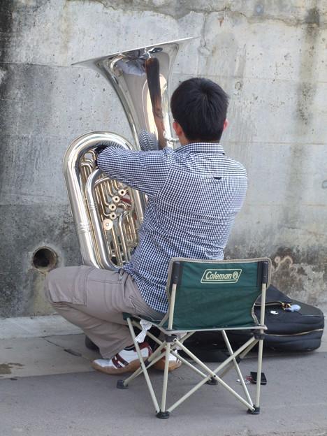 チューバを練習する人
