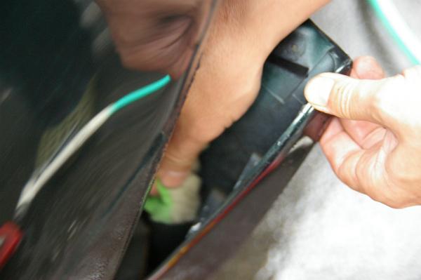 マッドガードとボディーの隙間を洗う